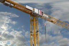 Gru della costruzione sul fondo del cielo Fotografia Stock