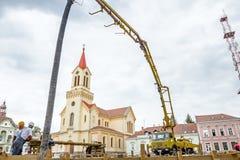 Gru della pompa della costruzione per il sollevamento ed il calcestruzzo colato Immagine Stock