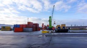 Gru della porta e pile di container Container immagine stock