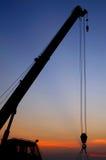 Gru della siluetta che funziona al porto Fotografia Stock