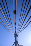 Gru delle corde d'acciaio contro il cielo Fotografie Stock
