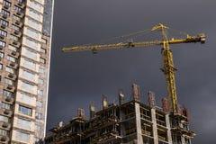 Gru di Costruction e una casa Immagini Stock Libere da Diritti