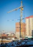Gru di costruzione ad un cantiere nel centro urbano di inverno fotografie stock libere da diritti
