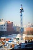 Gru di costruzione ad un cantiere nel centro urbano di inverno Fotografia Stock