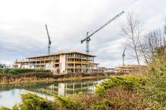 Gru di costruzione al cantiere sul fiume di Nene, Northampton Immagini Stock Libere da Diritti