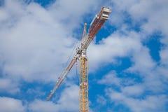 Gru di costruzione contro bello cloudscape Fotografia Stock