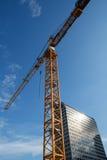 Gru di costruzione contro cielo blu Immagine Stock
