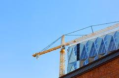 Gru di costruzione contro il cielo blu fotografia stock