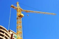 Gru di costruzione di palazzo multipiano vicino alla casa. Immagine Stock Libera da Diritti