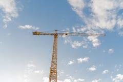 Gru di costruzione di sera da sotto Immagine Stock