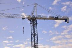 Gru di costruzione contro il cielo Fotografia Stock