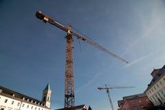 Gru di costruzione gialla circondata dalle facilità Fotografia Stock
