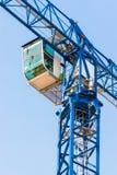Gru di costruzione industriale contro cielo blu Fotografia Stock Libera da Diritti