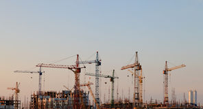 Gru di costruzione nel cielo Fotografia Stock Libera da Diritti