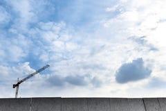Gru di costruzione nel cielo Immagini Stock Libere da Diritti