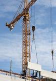 Gru di costruzione nell'azione fotografie stock libere da diritti