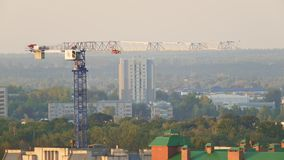 Gru di costruzione - nuove case residenziali moderne archivi video