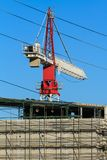 Gru di costruzione sopra una costruzione parzialmente completata Fotografie Stock Libere da Diritti