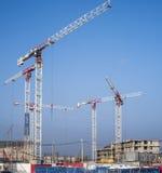 Gru di costruzione su un fondo del cielo blu Immagini Stock