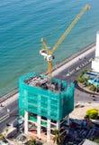 Gru di costruzione sul tetto immagini stock libere da diritti