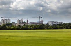 Gru di costruzione sulle nuove costruzioni nella piccola città in Germania Fotografie Stock
