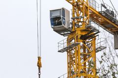 Gru di costruzione - torre del metallo giallo e cabina bianca - alto vicino Immagine Stock Libera da Diritti
