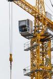 Gru di costruzione - torre del metallo giallo e cabina bianca - verticale Immagini Stock Libere da Diritti
