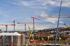 Gru di costruzione variopinte su un cantiere a Oslo centrale Immagini Stock