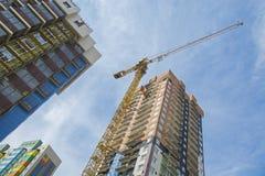 Gru di costruzione vicino all'alta costruzione Immagine Stock