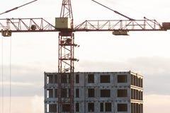 Gru di costruzione vicino alla costruzione in costruzione immagini stock