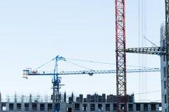 Gru di costruzione vicino alla costruzione in costruzione fotografia stock libera da diritti