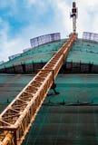 Gru di costruzione vicino alla costruzione immagine stock