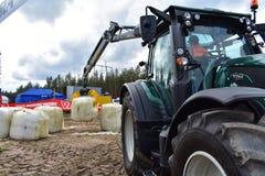 Gru di Kesla alle balle di sollevamento del lavoro immagine stock libera da diritti