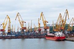 Gru di sollevamento al porto Fotografie Stock