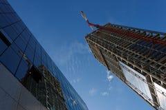 Gru di sollevamento ed alta costruzione Fotografia Stock Libera da Diritti
