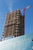 Gru di sollevamento ed alta costruzione in costruzione Fotografie Stock Libere da Diritti