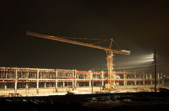 Gru di sollevamento su costruzione Fotografie Stock Libere da Diritti