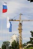Gru e bandierine della costruzione Fotografia Stock