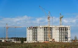 Gru e condominio della costruzione in costruzione contro il cielo Immagine Stock Libera da Diritti