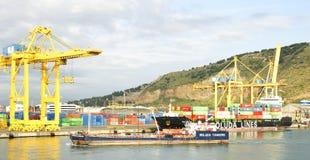 Gru e contenitori ad un porto del bacino Fotografia Stock Libera da Diritti