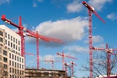 Gru e costruzione di edifici Immagini Stock Libere da Diritti