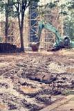 Gru e costruzione non finita fotografie stock