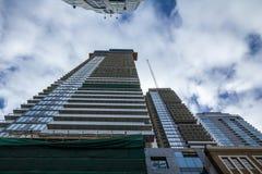 Gru e dispositivo della costruzione su un cantiere di un grattacielo a Toronto del centro, circondato da altre alte torri di aume immagini stock libere da diritti