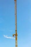 Gru e lavoratori al cantiere contro cielo blu fotografia stock