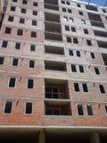 Gru e luogo della costruzione di edifici Fotografia Stock Libera da Diritti