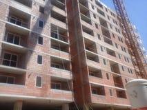 Gru e luogo della costruzione di edifici Immagine Stock