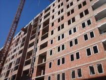 Gru e luogo della costruzione di edifici Fotografie Stock