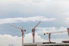 Gru e luogo della costruzione di edifici Fotografia Stock