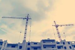 Gru e luogo della costruzione di edifici Immagini Stock Libere da Diritti