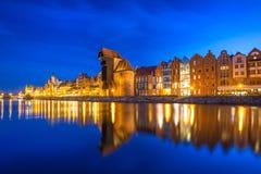 Gru e nave storiche del porto sopra il fiume di Motlawa a Danzica alla notte Fotografia Stock Libera da Diritti